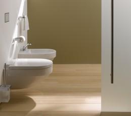 Ein Waschtisch und WC aus Keramik: klassisch und formvollendet
